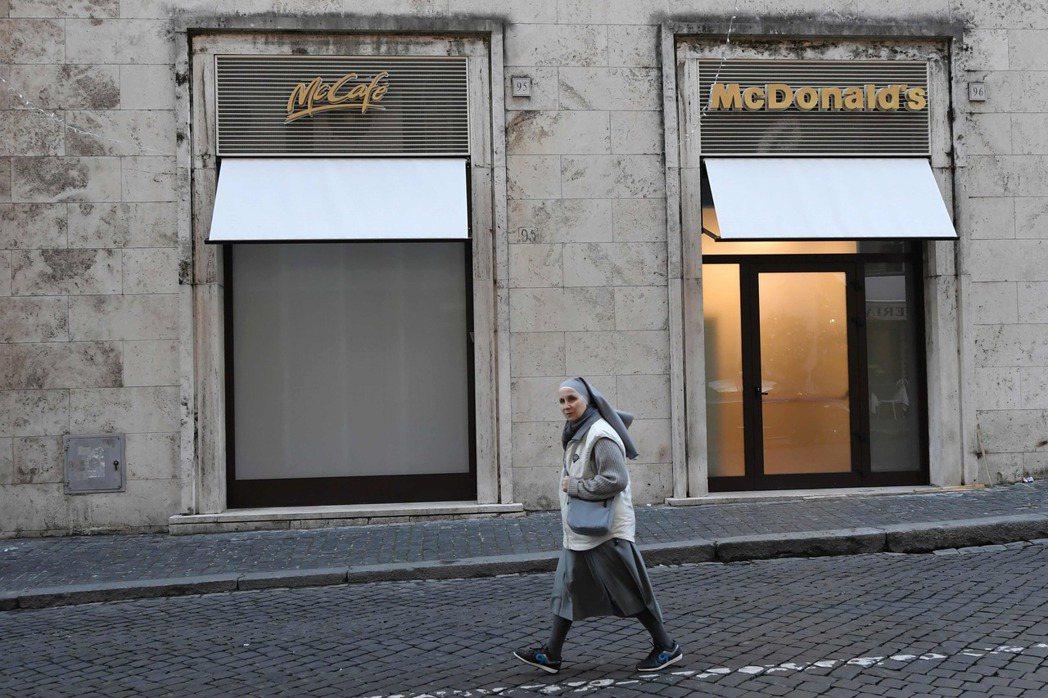 樞機主教斯格雷恰強烈反對麥當勞在聖彼得廣場旁增建分店。他代表眾多居住在附近的神職...