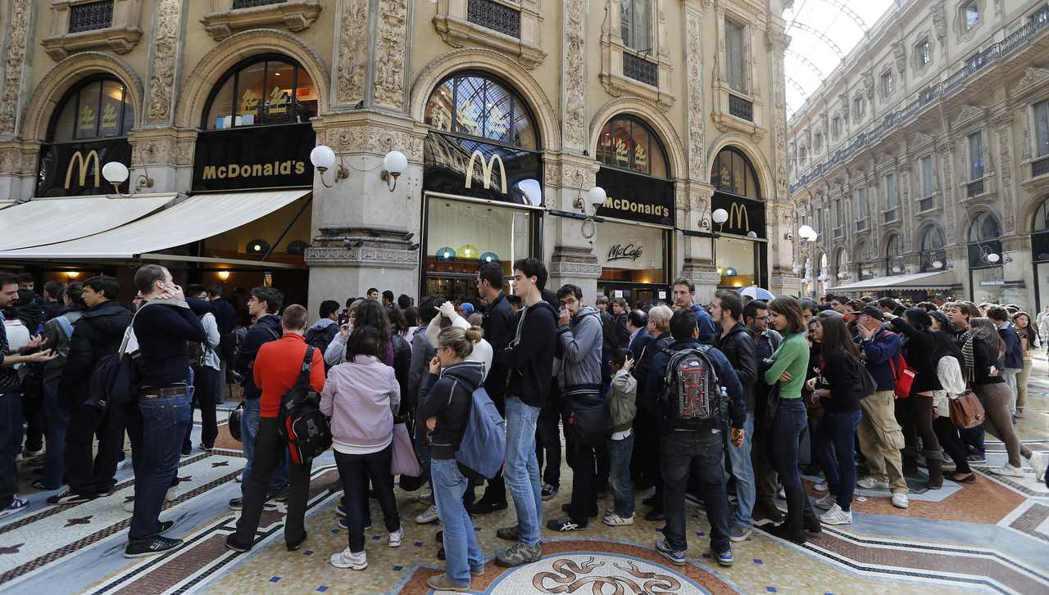許多義大利人擔心麥當勞的開設會破壞生活品質、改變當地的傳統歷史風貌。圖為米蘭分店...