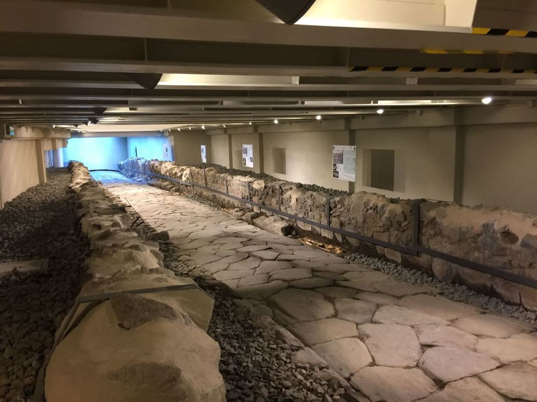麥當勞挖到的羅馬古道寬約2.1公尺,長約45公尺,與羅馬城的古蹟相比,規模可說是...