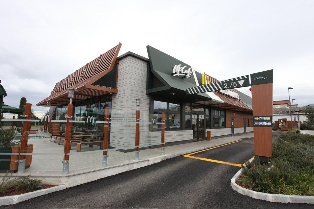 麥當勞古蹟店的外觀,透過<a href=