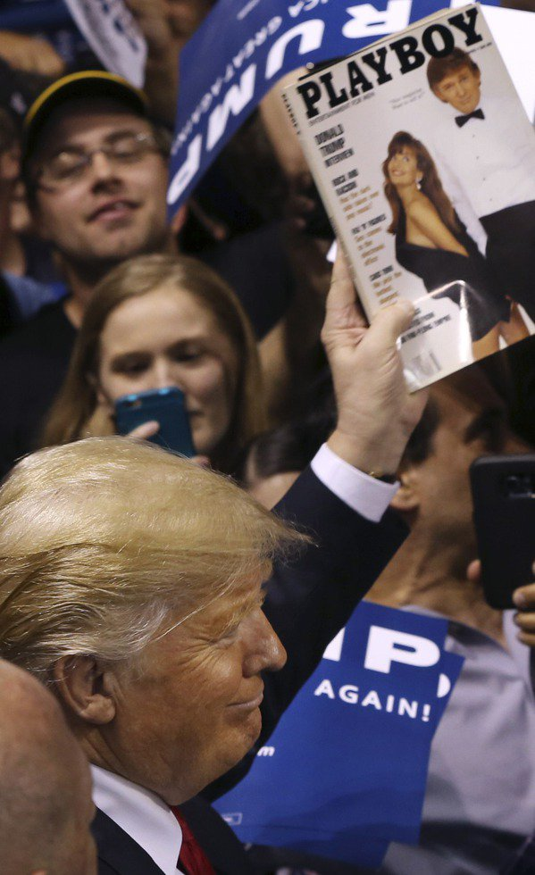 川普去年4月選戰期間拿著一本支持者要他簽名的1990年3月花花公子雜誌,他是這一...