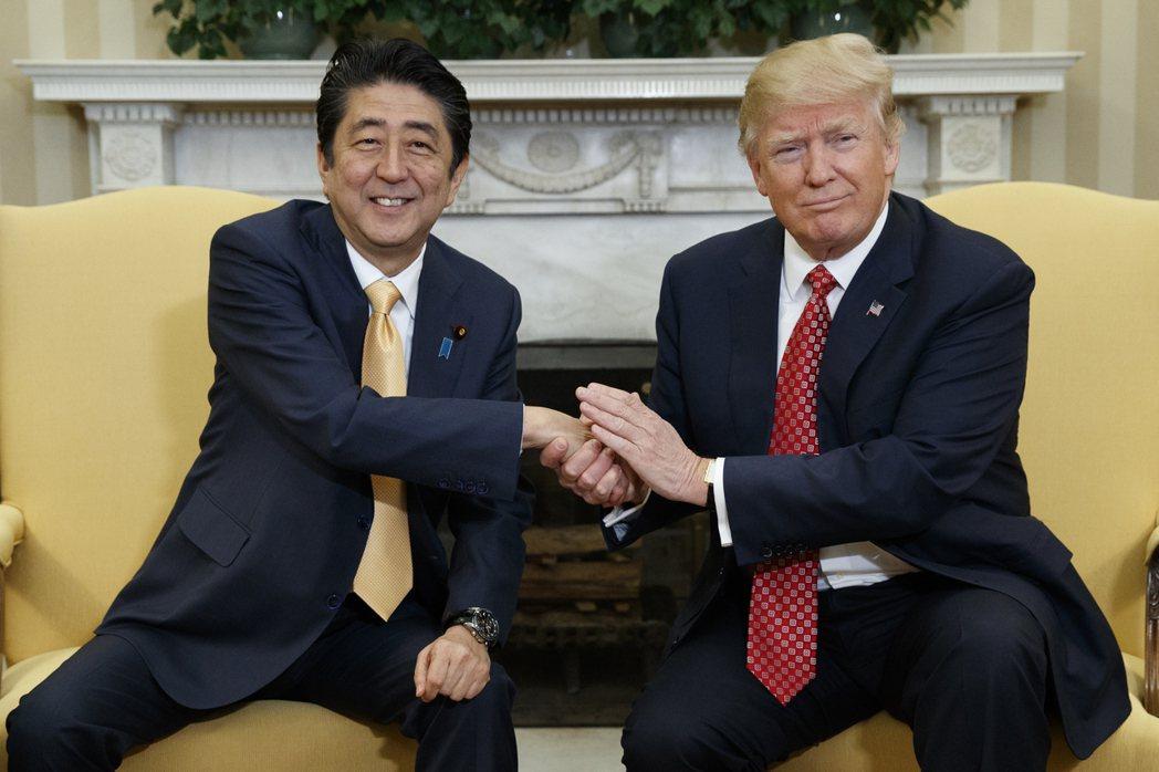 日本首相安倍晉三(左)與美國總統川普(右)2月10日在白宮會面,會面前安倍據說讀...