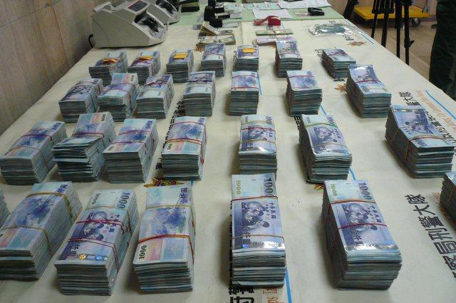 現在到銀行存款現金超過50萬元新台幣,必須申報來源。