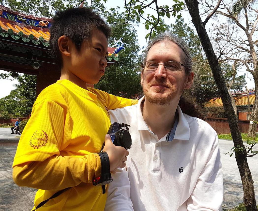 來自捷克的政大宗教所碩士生袁光譽為了論文走訪台北孔廟,意外發現親子共讀的畫面,讓...