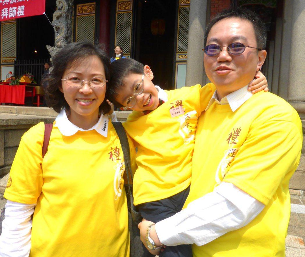 蔡坤霖(右)夫妻平時工作忙碌,但每個周末仍陪著5歲的兒蔡秉翰閱讀經典,蔡妻笑說「...