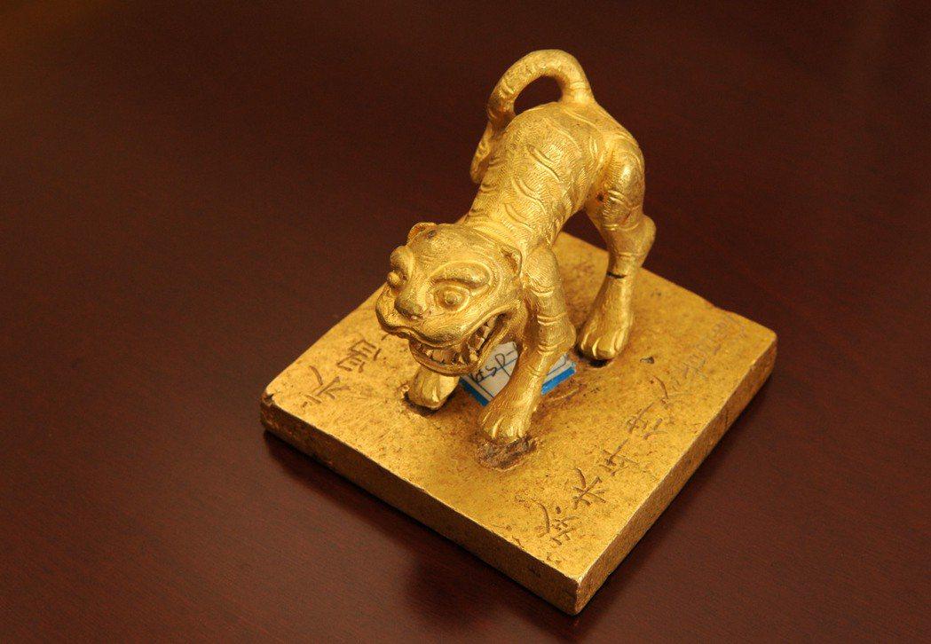 這是「永昌大元帥印」,是當地警方破獲的「江口沉銀」盜掘案件中收繳的文物。 新華社