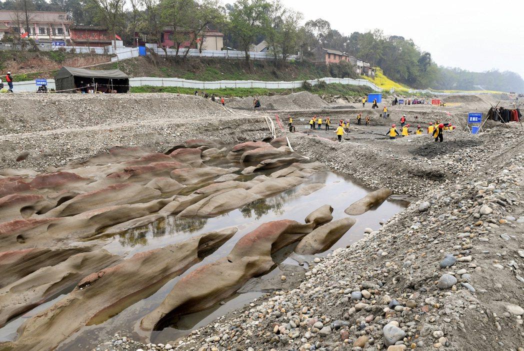 工作人員在岷江河道中的考古現場進行發掘清理。 新華社