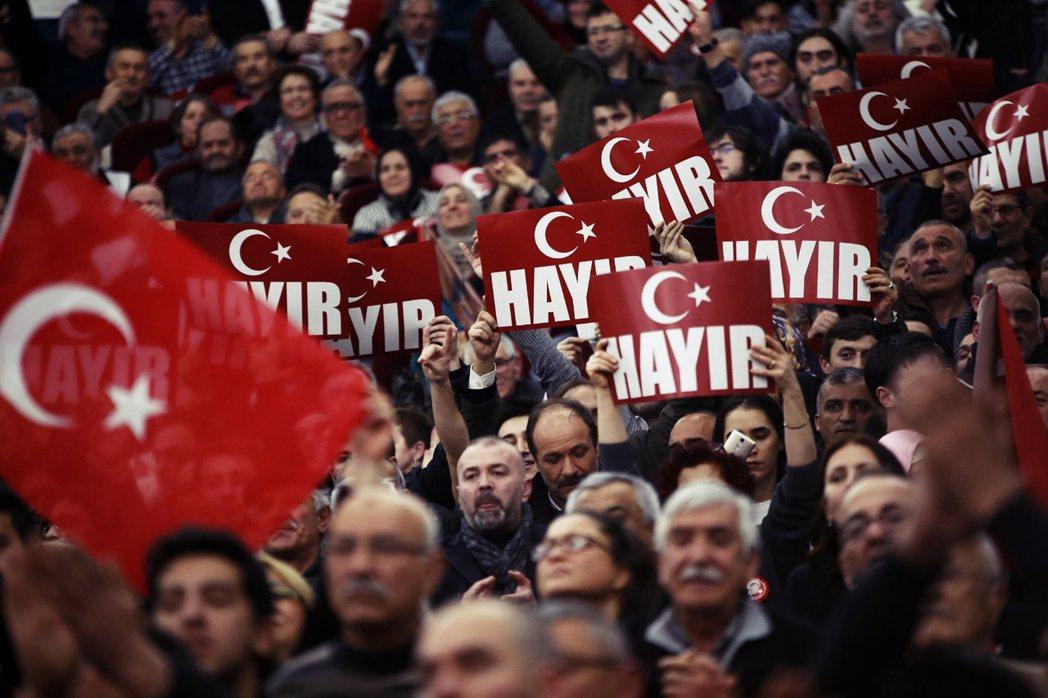 為了強推公投過關,厄多安也將目光放至「海外票倉」——在國外生活的土耳其公民 圖/...