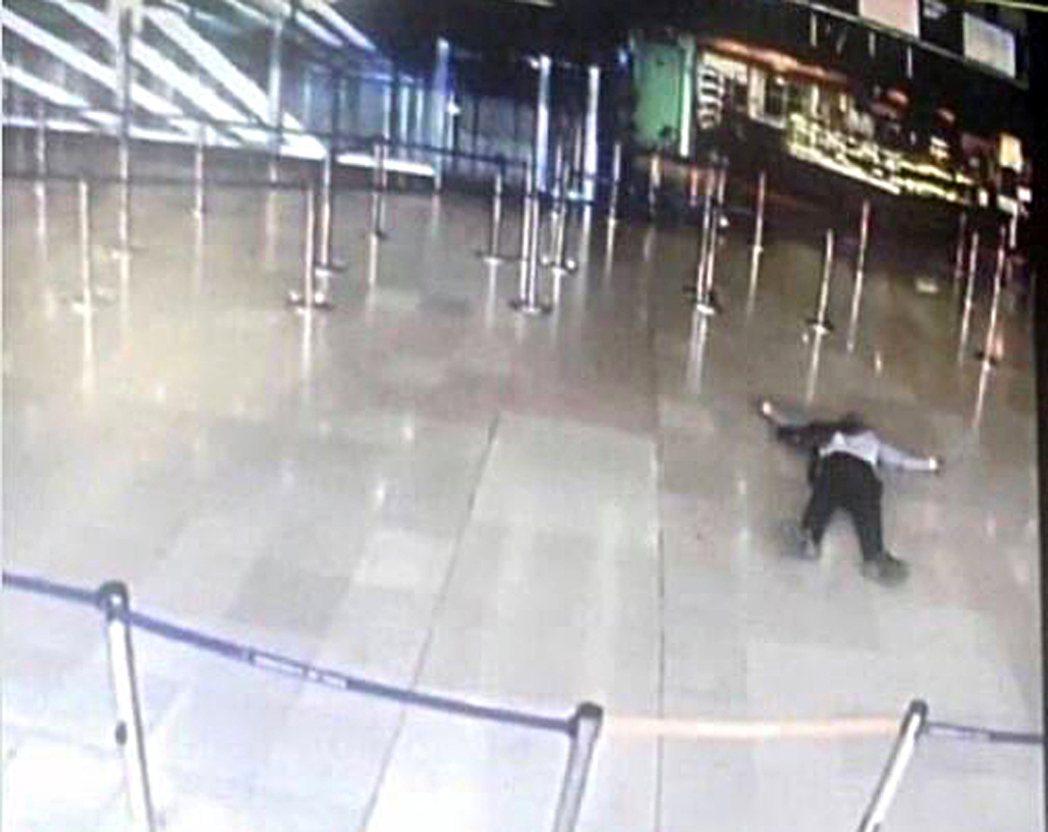 法國男子貝勒卡賽姆18日遭擊斃,躺臥歐利機場地板上。(路透)