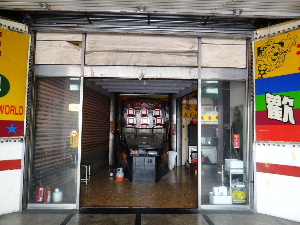 員林火車站前方的黃金帝國大樓形如廢墟,大門口擱放廢棄多年的電動玩具。記者何炯榮/...