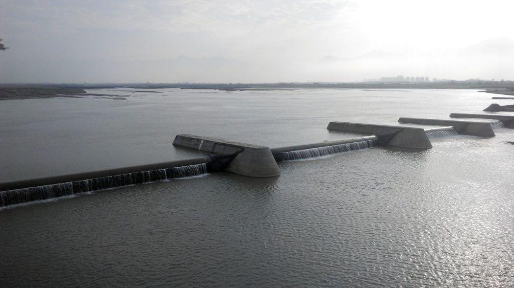 高屏溪川流量已降到16.7CMS,且有持續下降的可能。圖/南區水資源局提供
