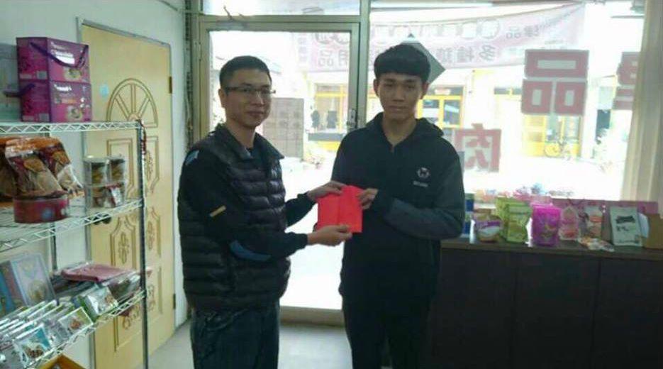 高一生郭柏賢(右)以父親之名,捐贈8萬元給雲林古坑國聖宮黑面太子慈善會,期望藉此...