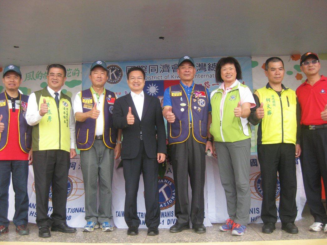彰化縣鹿港鎮長黃振彥(左二)到線西國中參加活動,登台向民眾問好。記者簡慧珍/攝影
