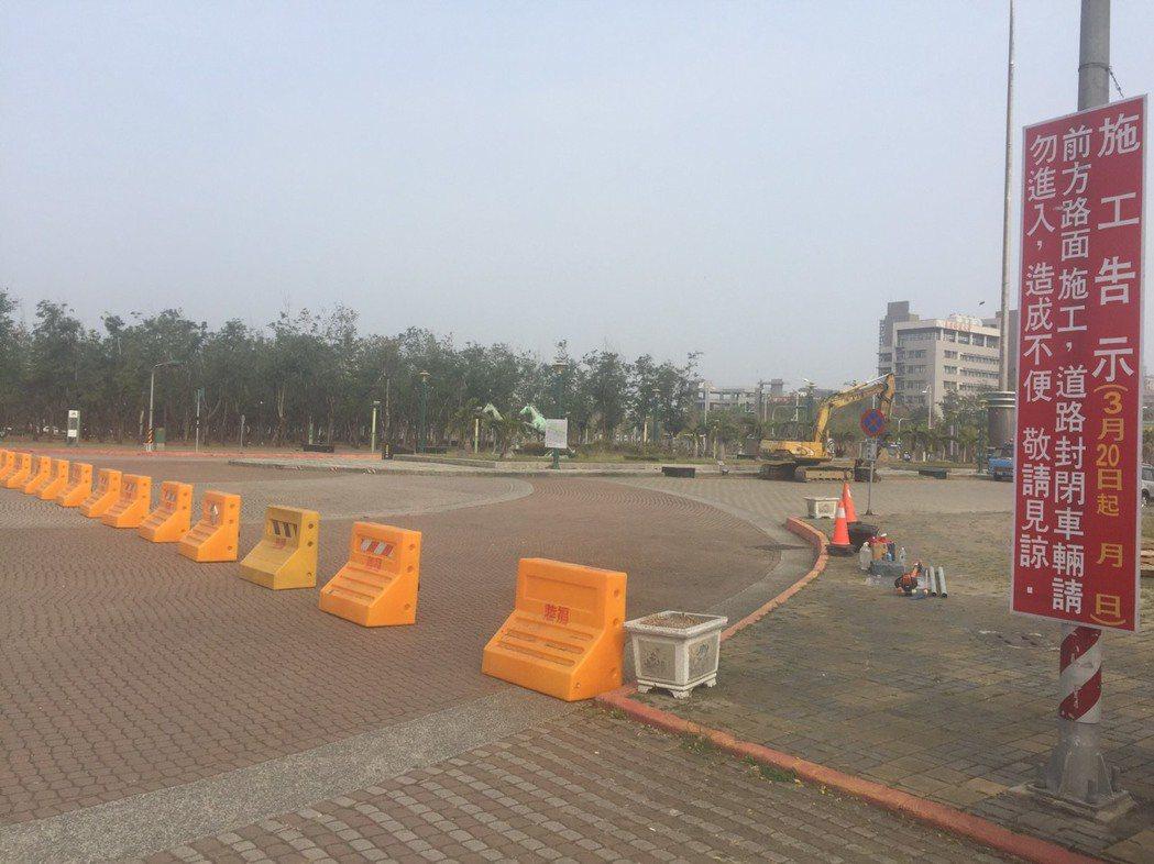 嘉義縣政府前的園道今天上午已封閉,將興建「民主廣場」。記者黃煌權/攝影