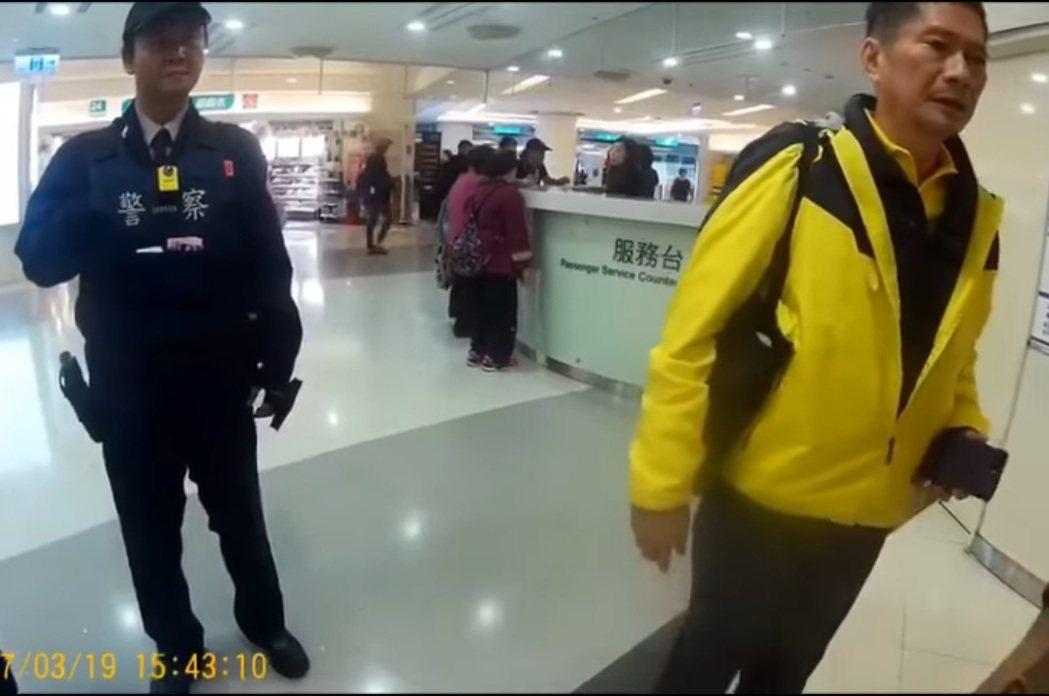 客委會主委李永得(右)遭員警盤查,痛批台北市警局猶如警察國家。圖/翻攝自警方