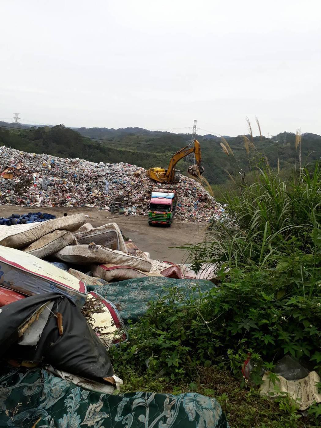 竹東垃圾目前已累積到3200噸。圖/里長邱文郎提供