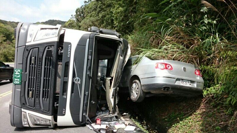 曳引車翻覆,將一輛對向車輛夾在山溝邊,所幸未造成重大傷亡。圖/台東縣消防局提供