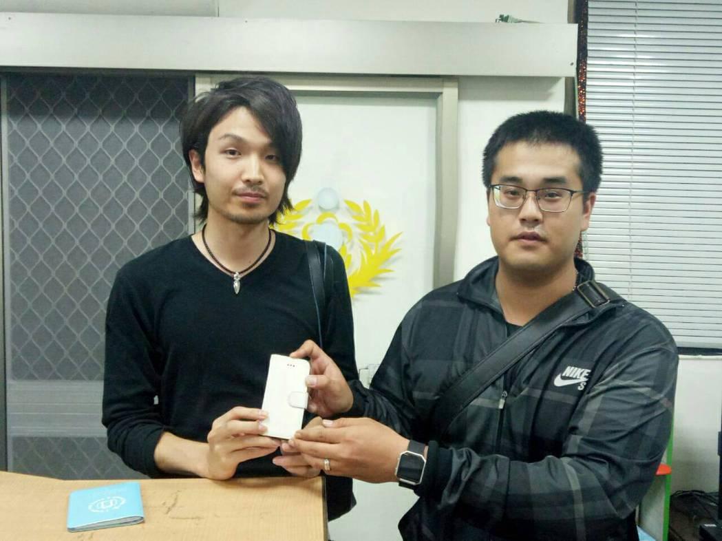日本遊客阿部尚也(左)不敢相信手機遺失一個多月還能找回來。圖/北門派出所提供
