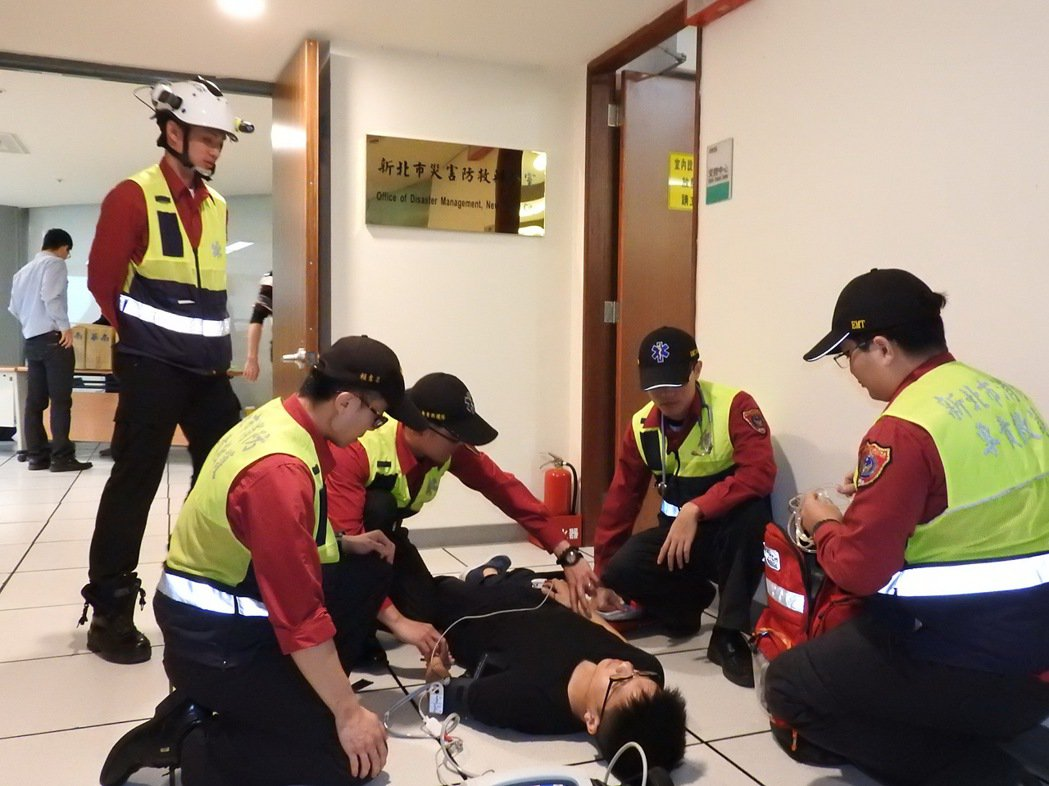 新北市從2012年起建置行動急診室,遇上6大急重症病患就會出動,現場測得的血壓、...