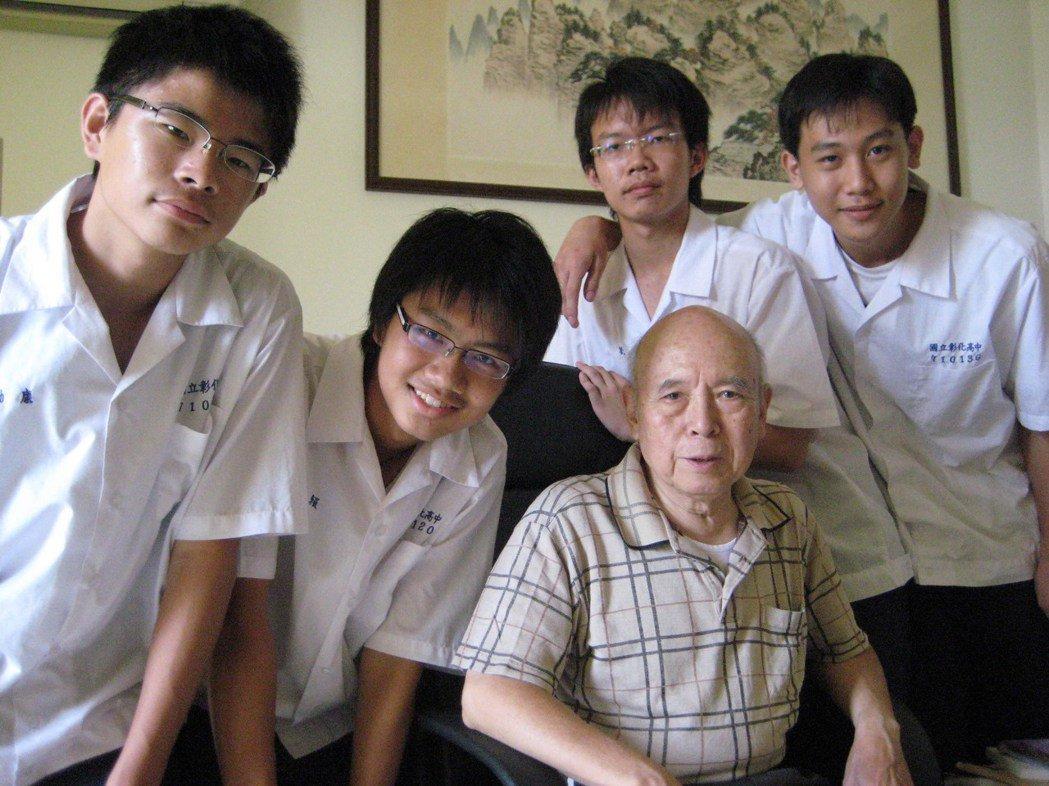 彰化高中國文科退休教師瞿毅深受學生和校友的尊敬。圖/彰中圖書館提供