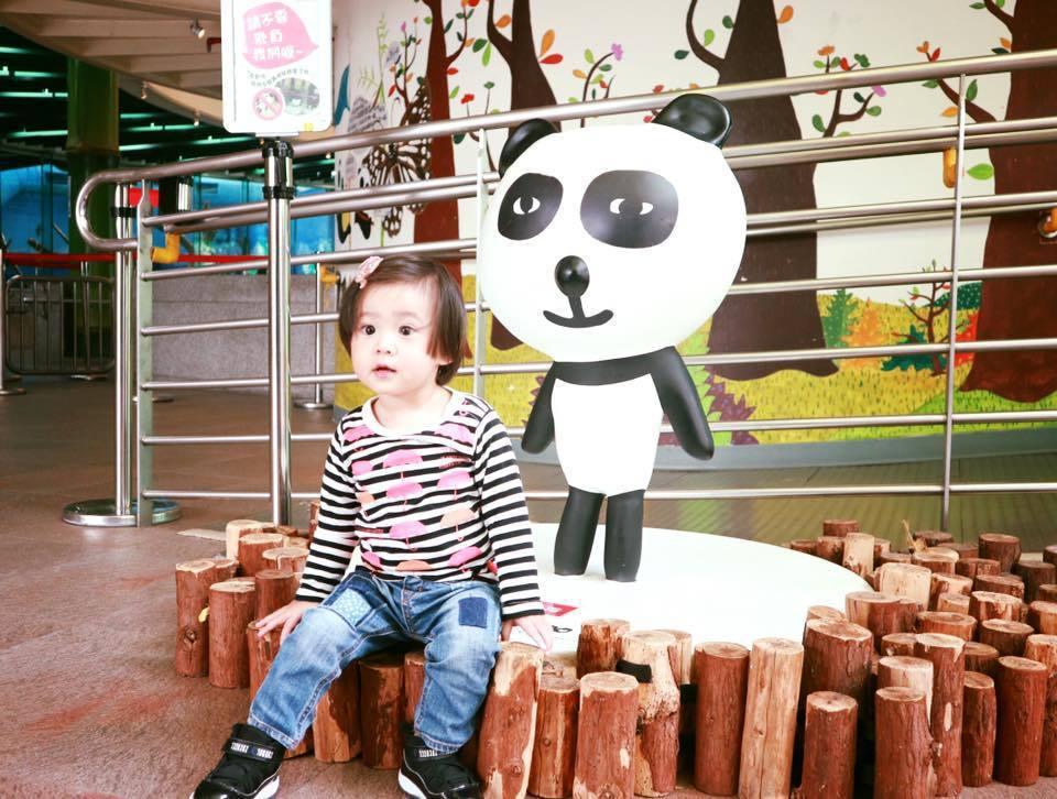 咘咘初次到動物園相當興奮。圖/摘自臉書