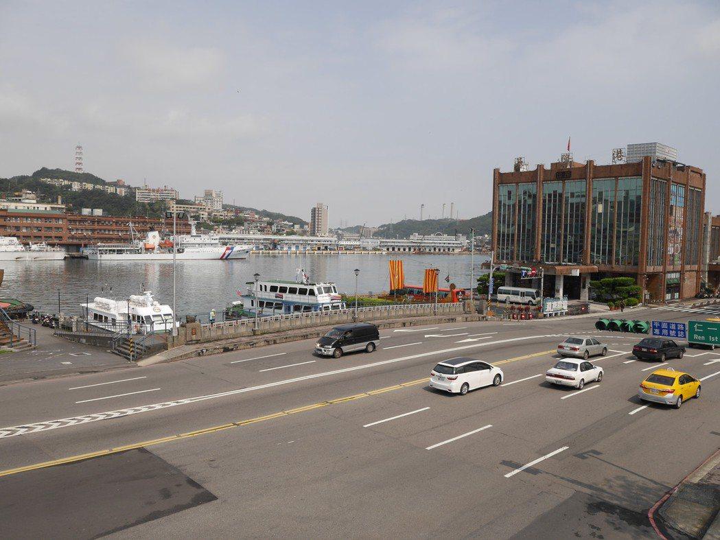 基隆市東岸停車場複合式商場頂樓,將有跑道,咖啡座,成為看郵輪大船入港的新景點。記...