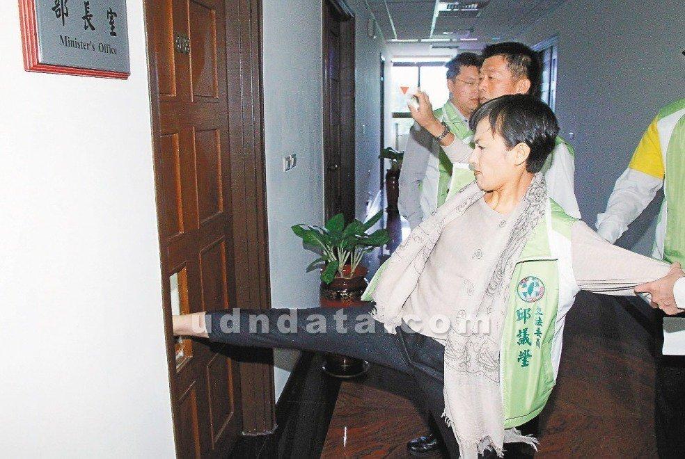 立委邱議瑩當年踹破法務部長的辦公室木門。圖/聯合報系資料照片