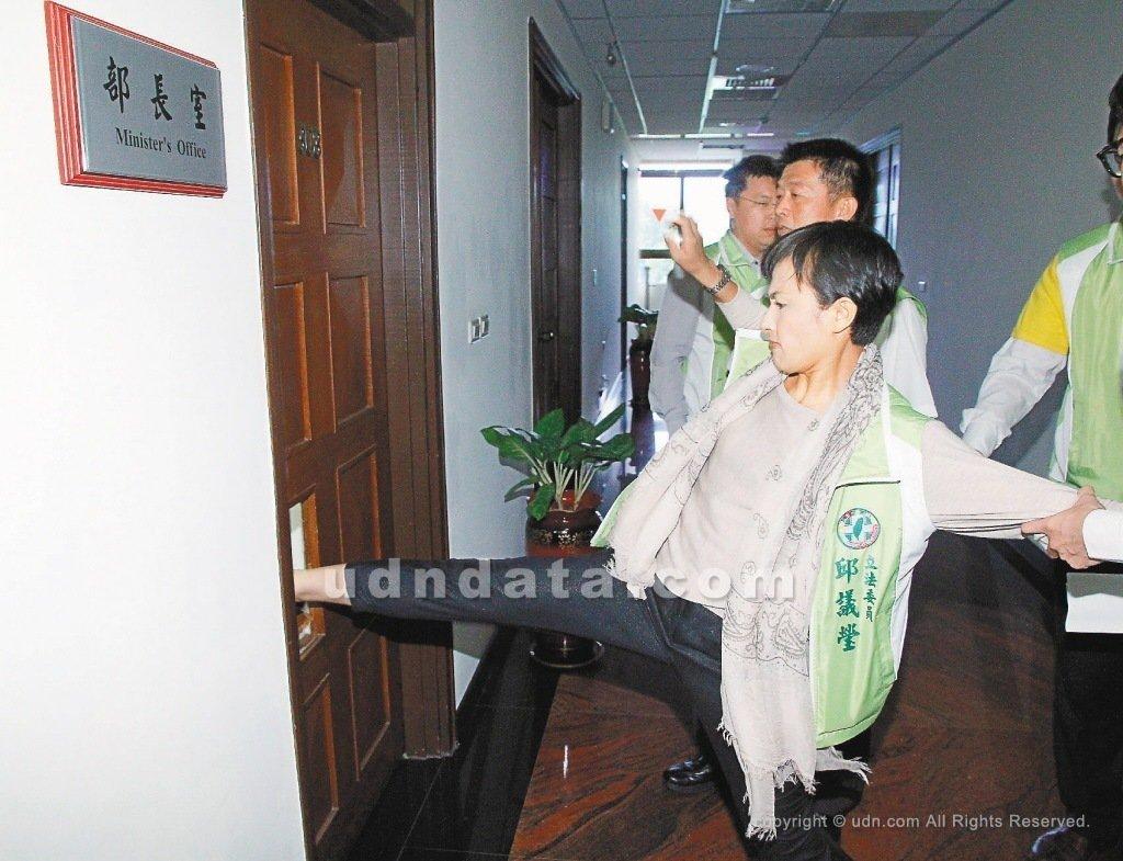 立委邱議瑩批評警察盤檢丈夫李永得「超瞎的」,基層員警諷刺她當年踹破法務部長的辦公...