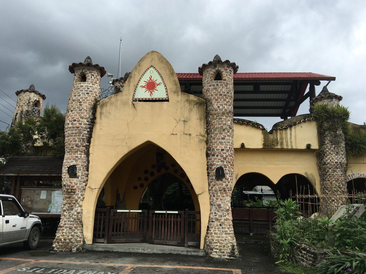 花蓮太巴塱部落一棟西班牙城堡式建築,常吸引遊客造訪。記者陳麗婷/攝影