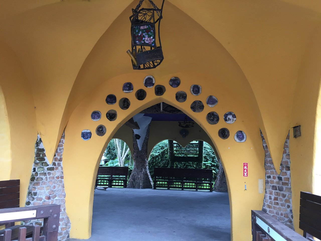 內部掛燈由不規則馬賽克拼貼而成的藝術品。記者陳麗婷/攝影