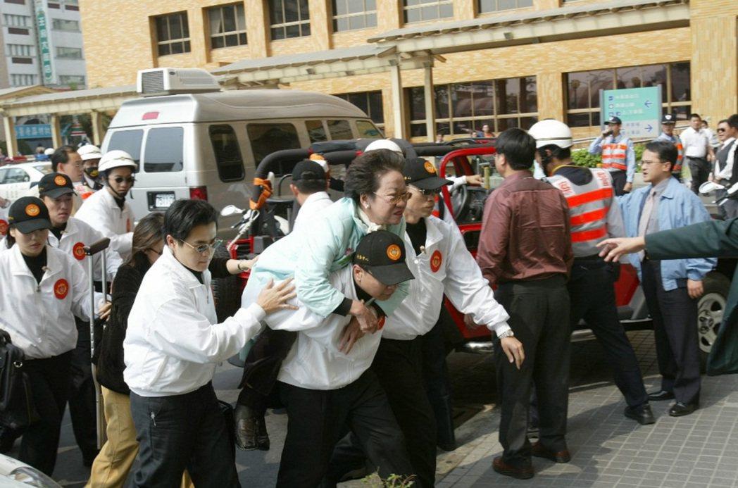 三一九槍擊案發生後,下午2時3分呂秀蓮副總統由隨扈背著進入奇美醫院情形319槍擊...