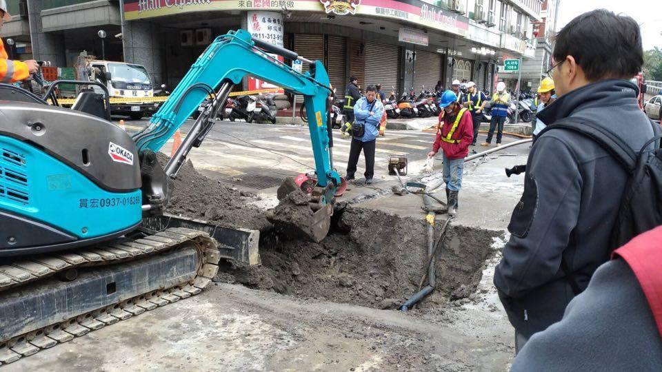 新北市三重區成功路108巷口路面坍塌,由於道路下方管線錯綜複雜,搶修人員開挖找答...