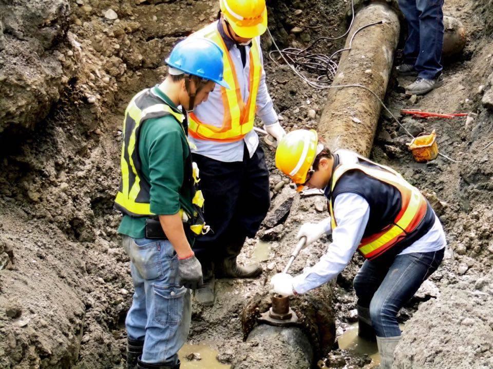 到底是自來水管還是污水管線破損惹禍?搶修人員還在釐清。記者陳珮琦/翻攝