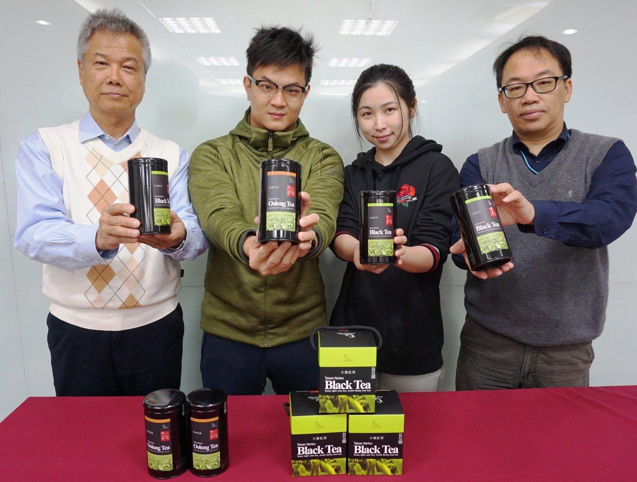 大葉大學生科系教授柯文慶(左1)輔導陳聖樺(左2)、張芷瑜(右2)順利創業。記者...