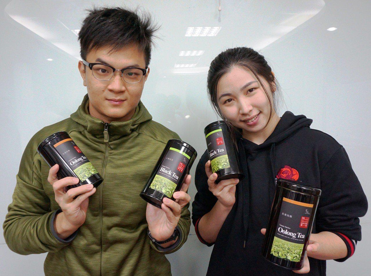 大葉大學生科系情侶碩士陳聖樺(左)、張芷瑜(右),開發「小葉紅茶」,去年12月正...