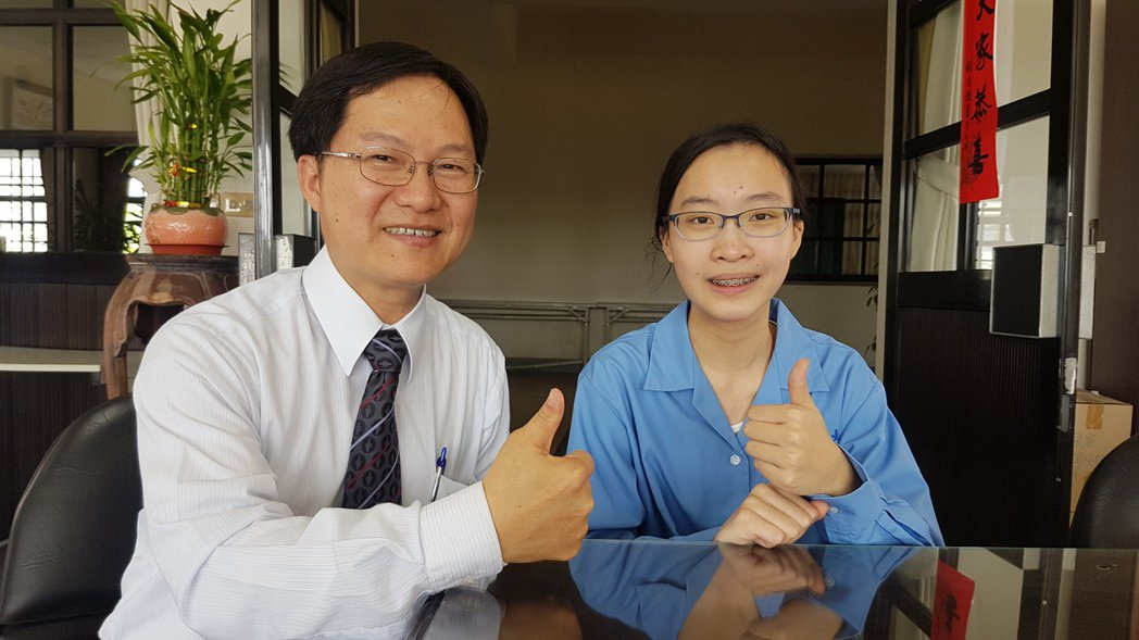 蘭陽女中學生許嘉珈(左)多益檢定考出975高分,校長曾璧光(左)勉勵加油打破學校...