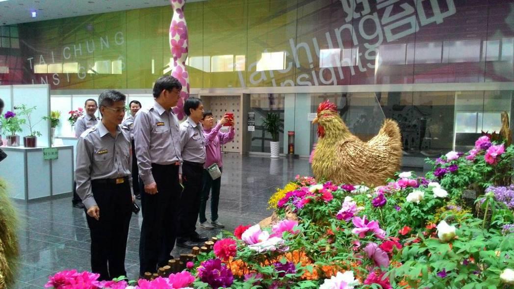 台中市警局第一分局員警今天賞花去。圖/警方提供