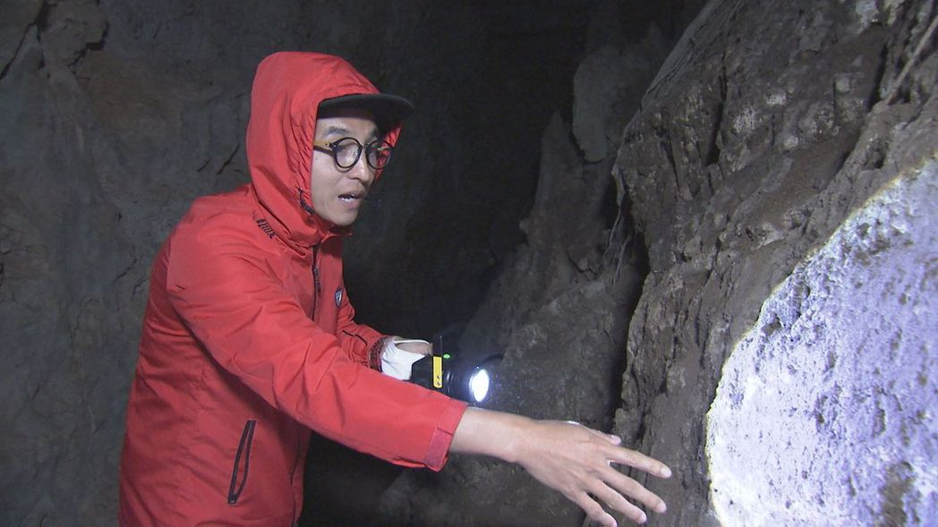 王少偉對岩壁上的蝙蝠糞相當好奇。圖/八大提供