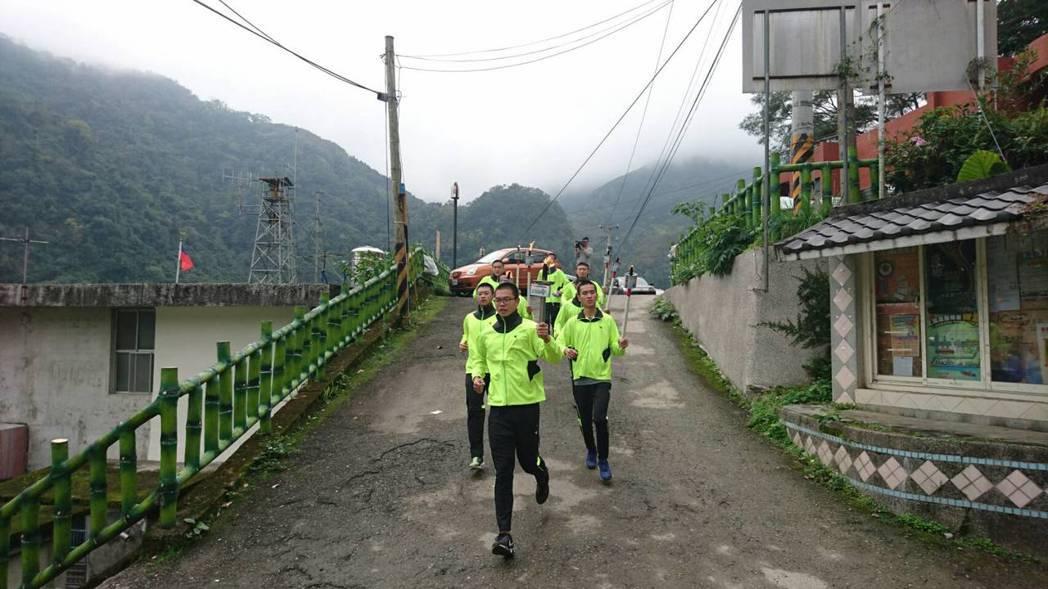 竹北高中田徑隊跑到尖石、五峰山區,相當有毅力。圖/林華中提供