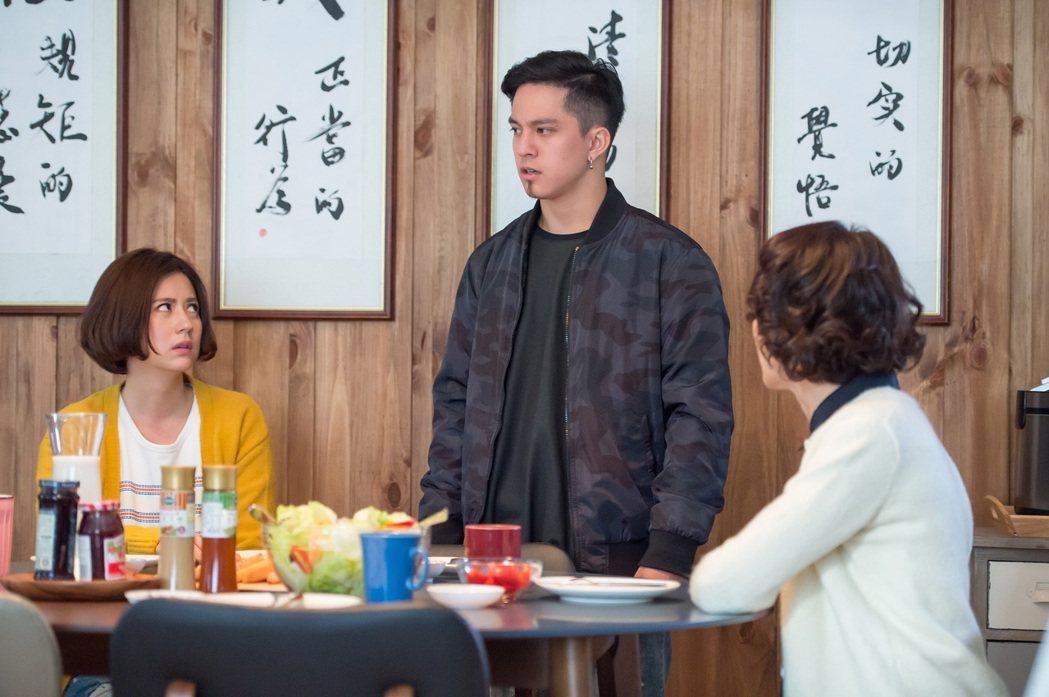 黃遠(中)劇中談姊弟戀又未婚懷孕。圖/TVBS提供