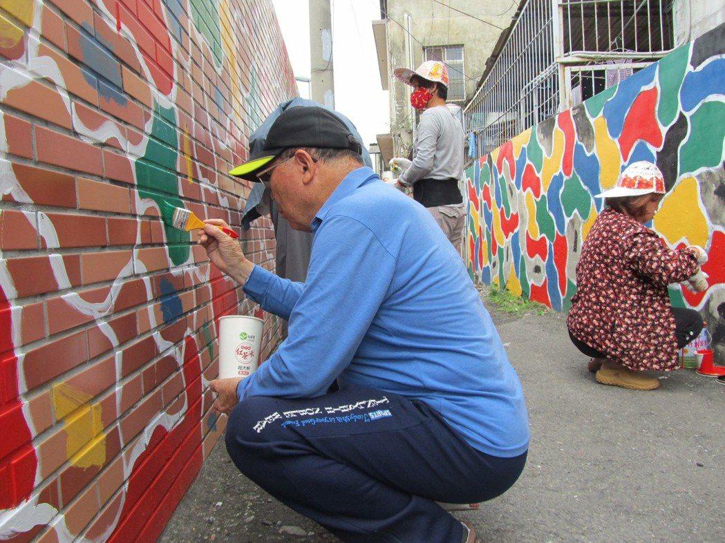 巷內老兵參與彩繪住家圍牆。圖/李鎮國提供