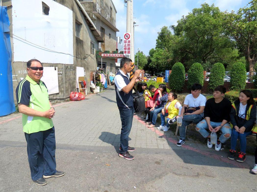 老兵陳文華(左)、老兵二代李鎮國(中)為中華醫事科大學生導覽。記者周宗禎/攝影