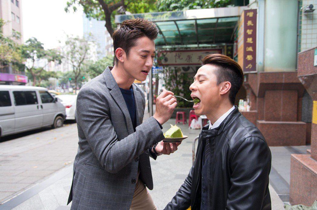 吳慷仁(左)餵劉書宏吃蛋糕。圖/三立提供