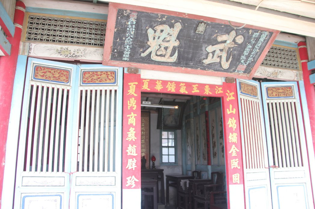 清代武舉人黃耀南故居是光緒年間建造的百年建築,正廳門上方掛著「武魁」牌匾。記者林...
