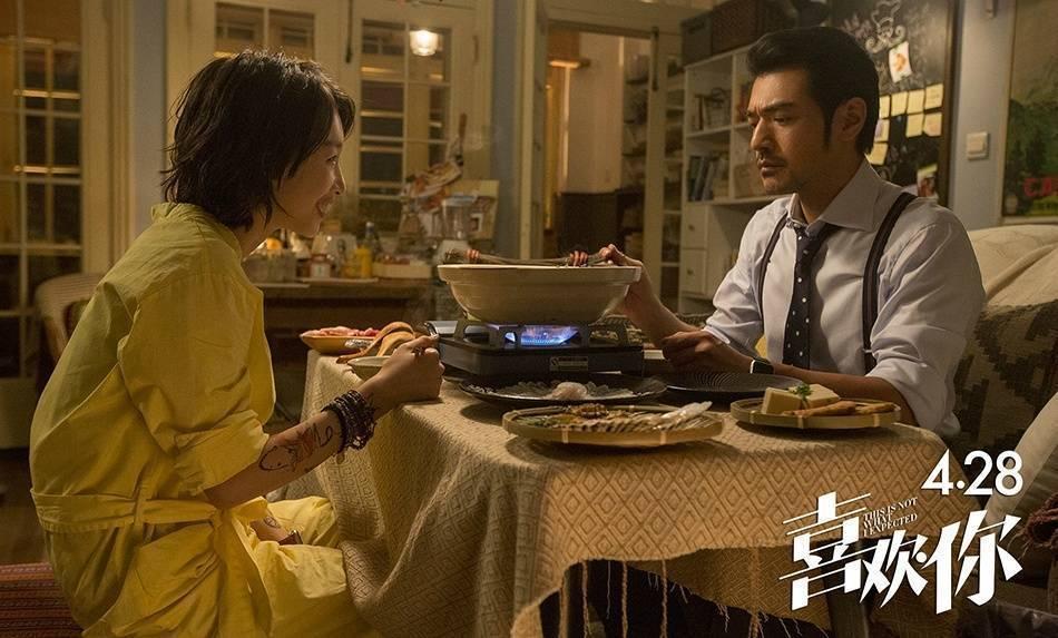 金城武在新片「喜歡你」演毒舌美食男,與周冬雨對戲。圖/嘉映影業提供