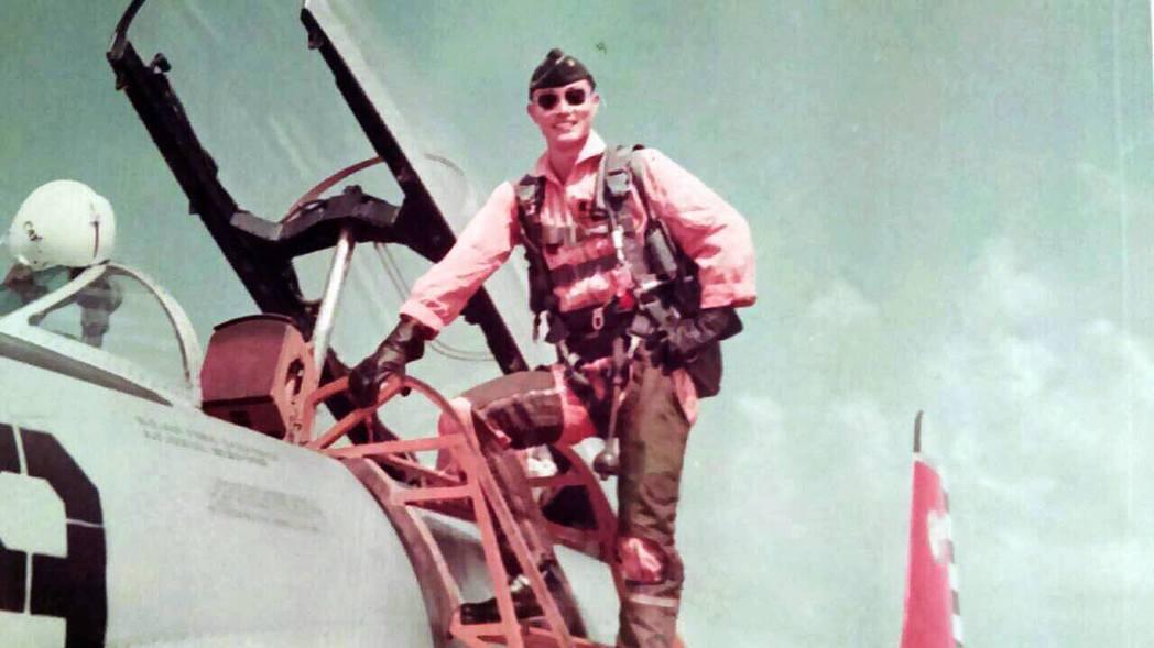 國防部長馮世寬年輕時的飛官帥照。國防部提供