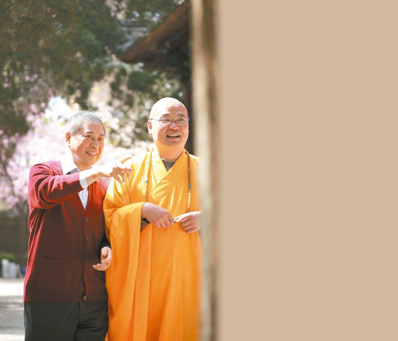 2013年3月28日,白先勇(左)參觀了西安城南的興教寺。 白先勇.圖片提供