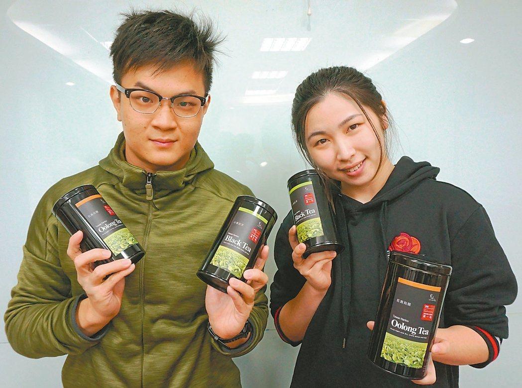 大葉大學生科系碩士陳聖樺(左)、與女友張芷瑜(右)開發「小葉紅茶」,去年底兩名年...
