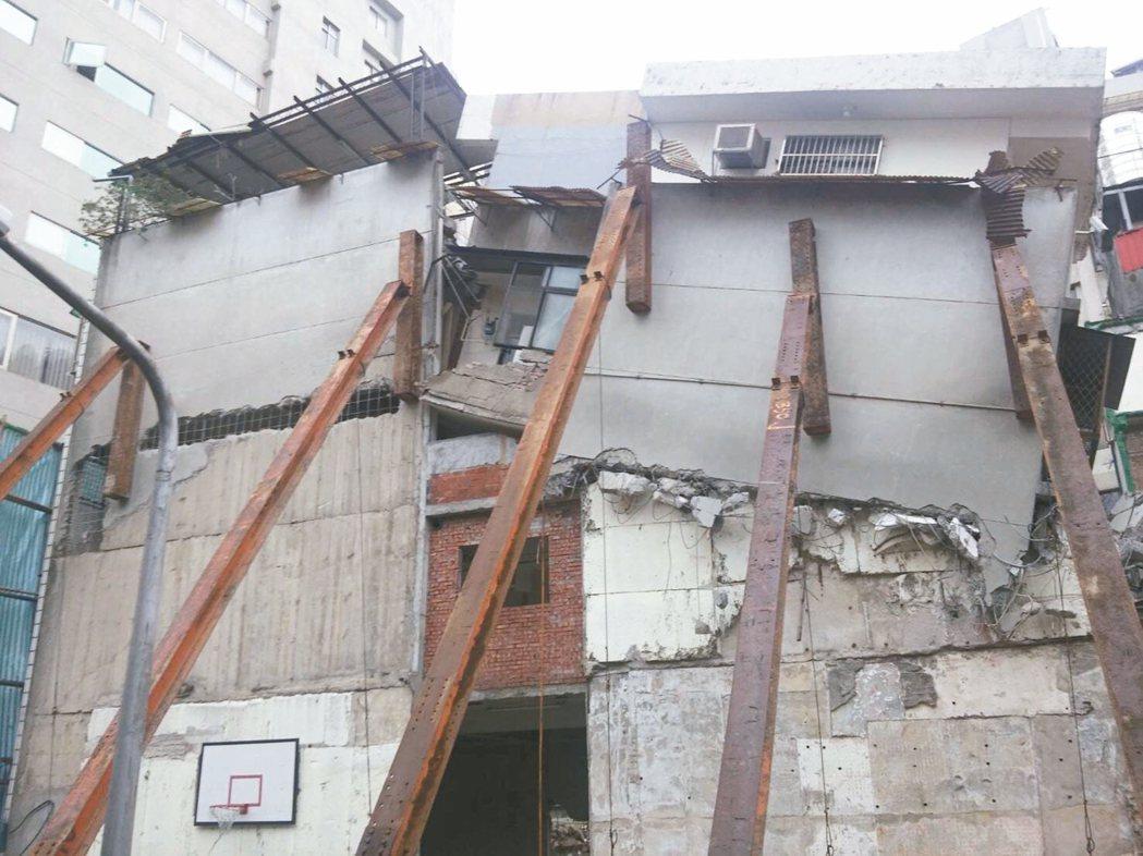 北市長安西路都更案不同意戶遭強行拆屋,屋況「搖搖欲墜」,目前已做臨時支撐。 圖/...