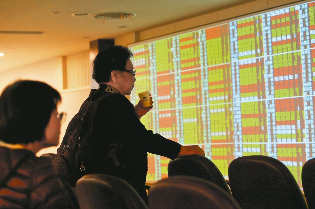台股本周挑戰萬點行情,分析師指出,台股後續攻頂要看權值與高價股臉色、新台幣走勢、...
